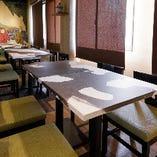 墨アートでアレンジされたテーブル席