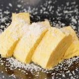 チーズの粉が美しい『チーズ出汁巻』