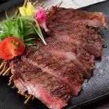 『黒毛和牛のサーロイン』は良質なお肉を、料理人がグリルで香ばしく焼き上げた逸品