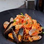 名物料理はもちもち生麺のパスタ料理。豊富なお味を取り揃え