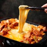 『Wチーズタッカルビ』で2種のチーズと素材の旨味を同時に味わう