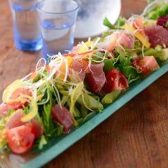 炙りまぐろと季節野菜のサラダ カラスミ風味