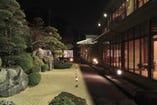 ライトアップされた日本庭園を 囲む数寄屋造り料亭