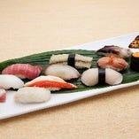 [寿 司] 熟練の技術が光る、絶妙な握り具合。