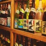 沖縄にあるすべての酒造所から1種以上ずつ取り寄せている泡盛。いろいろ飲み比べてお楽しみください♪