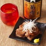 黒糖と泡盛でこっくりと煮込んだ、自慢の「琉球ラフティ」。調味料も奄美や沖縄の素材にこだわっています
