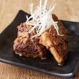 豚あばら肉をじっくり煮込んだ「ソーキ」は、深い旨みと軟骨の食感が魅力です