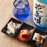 その日おすすめの沖縄の珍味を盛り合わせた「おまかせ珍味3点」。珍味のコクとすっきりした味わいの「花島唄」とのペアリングがおすすめ♪
