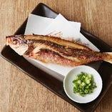 沖縄のお魚料理といえばこれ!「グルクンの姿揚げ」は、上品な白身の味わいと、からりと揚がった食感がたまらない一皿