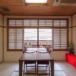 眼下に先斗町の石畳を見下ろせる人気のテーブル個室「梅」