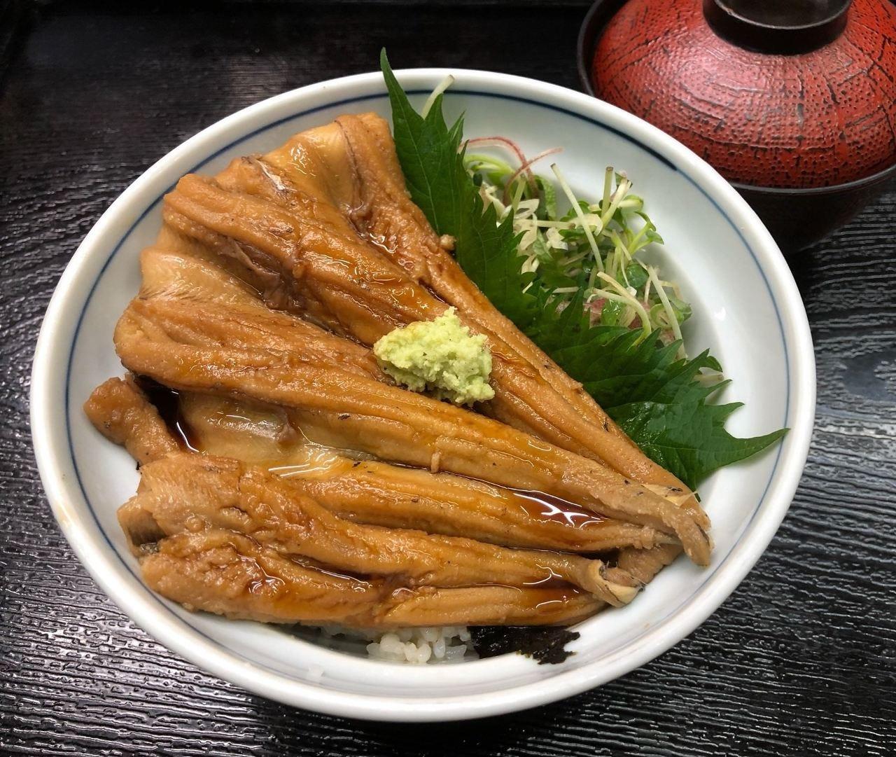 煮穴子丼 1850円(税別) 季節メニュー、女性に人気です。