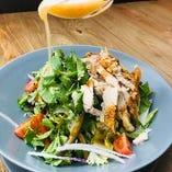 蒸し鶏と産直パクチーのノンオイルサラダ