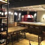 赤い薪窯が印象的な店内。落ち着く空間です。