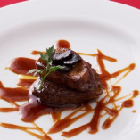 牛フィレ肉のステーキ フォアグラとトリュフ乗せ