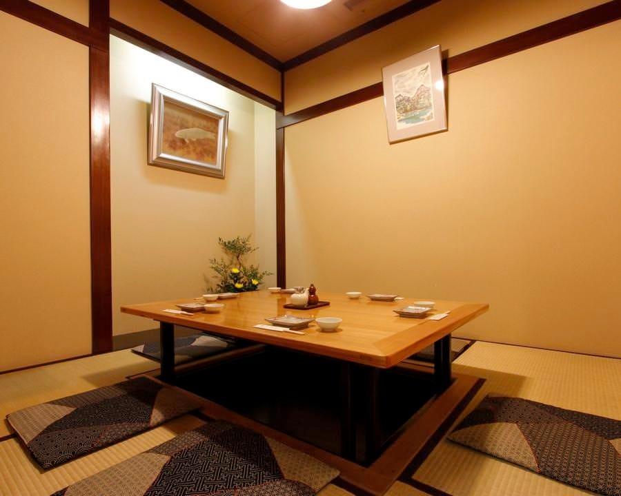 掘り炬燵式のお座敷個室 足を伸ばせて楽チン♪お寛ぎ下さい。