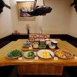 店内奥のスペースはこの 字型の空間囲炉裏をイメージのテーブル