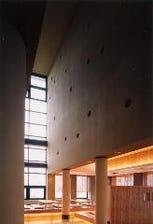 現代建築の圧倒的な佇まい