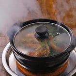 〈圧巻の実演料理〉 お客様の目の前で調理する蒸し料理が人気!