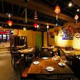 【1階半地下テーブル席】ベトナム屋台街の雰囲気漂うフロア♪