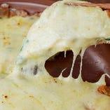 たっぷりとチーズをかけたチーズチヂミなど逸品も自慢!