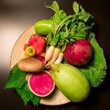 「土壌を食べる」をテーマに、全国各地より選び抜いた季節野菜をご提供いたします。