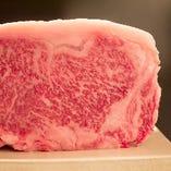 雌牛はきめが細かくまろやかで柔らかく、肉色は鮮やかな紅赤色でその中に細かなサシ があります。