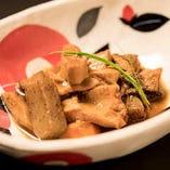 「牛モツ煮込み」は内臓類を八丁味噌で甘辛く煮込んでいます。