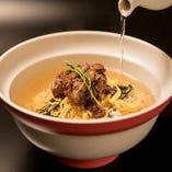 「牛ひつまぶし丼」は甘辛く煮た牛すじの丼。お好みで鰹だしをかけてお召し上がりください。