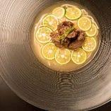 濃厚ですっきりとした冷たい牛だしスープが特徴の「冷麺」。