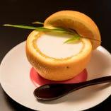 季節のデザートは肉料理のあとにさっぱりとした味わいを残してくれます。