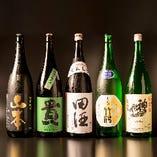 日本酒も各種取り揃えております。日替わりで入荷する銘柄もございますので、お気軽にスタッフにお問い合わせください。