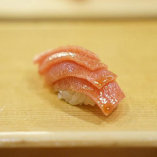 全国から厳選した、新鮮な海の幸を使い寿司に仕立てます。