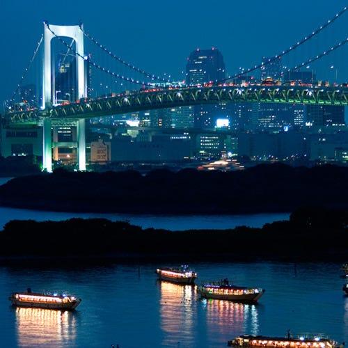 屋形船にゆられ豪華な料理を楽しみながら眺める夜景は圧巻です
