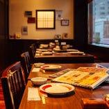 窓際のテーブル席は、横並び向かい合わせで一組あたり最大16名様までご案内可能です