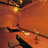 お座敷は全席掘りごたつ式。天井は吹き抜けで開放感のある空間