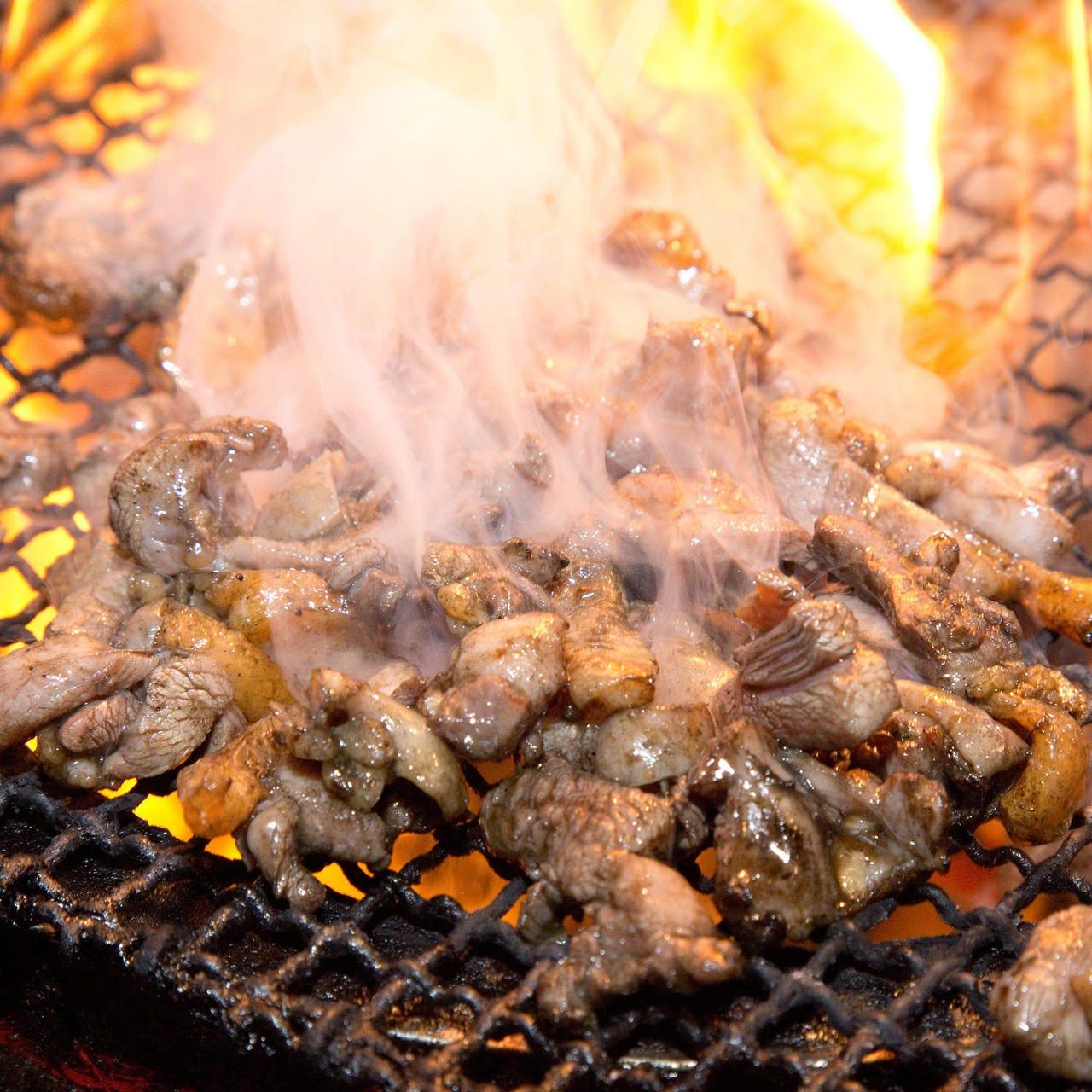 """炭火でじっくり焼き上げる""""もも焼き""""は凝縮された旨みが絶品です"""