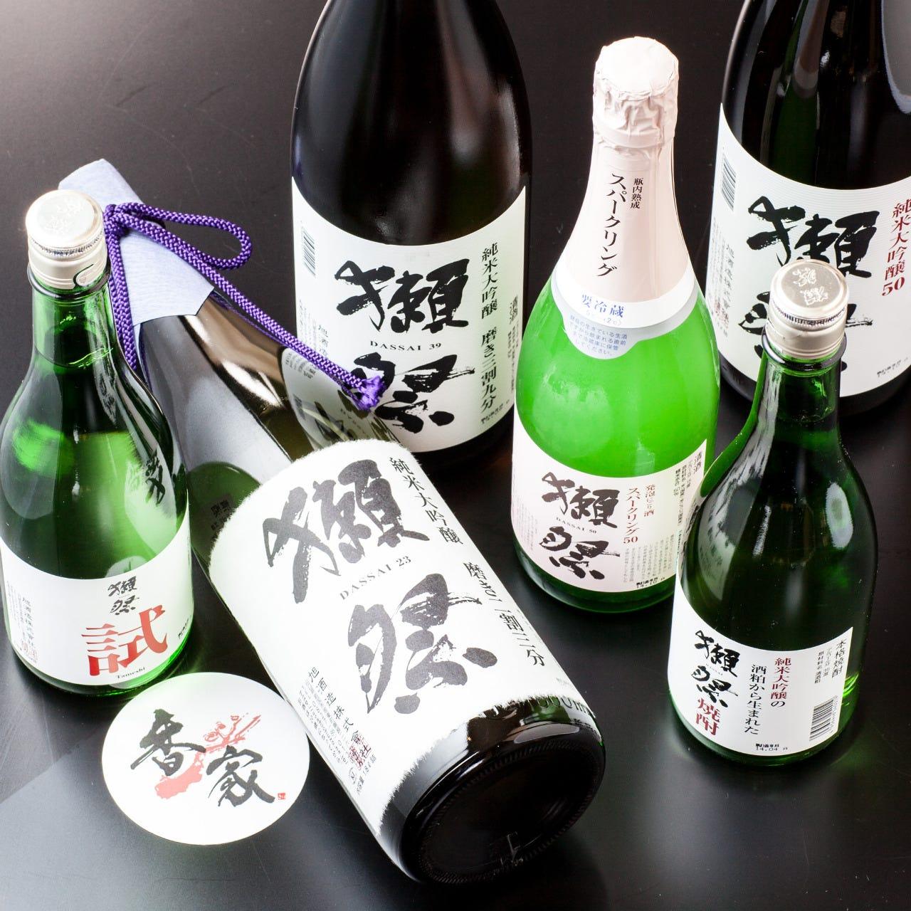人気の獺祭や全国の季節限定の日本酒も数々取り揃えております。