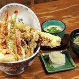 『極み天丼』は、穴子・海老・かしわ・キス・温玉などまさに贅沢の極み!