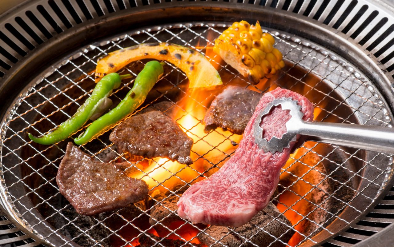 炭火ののもつ遠赤外線の力で、九州和牛を香ばしく焼き上げる