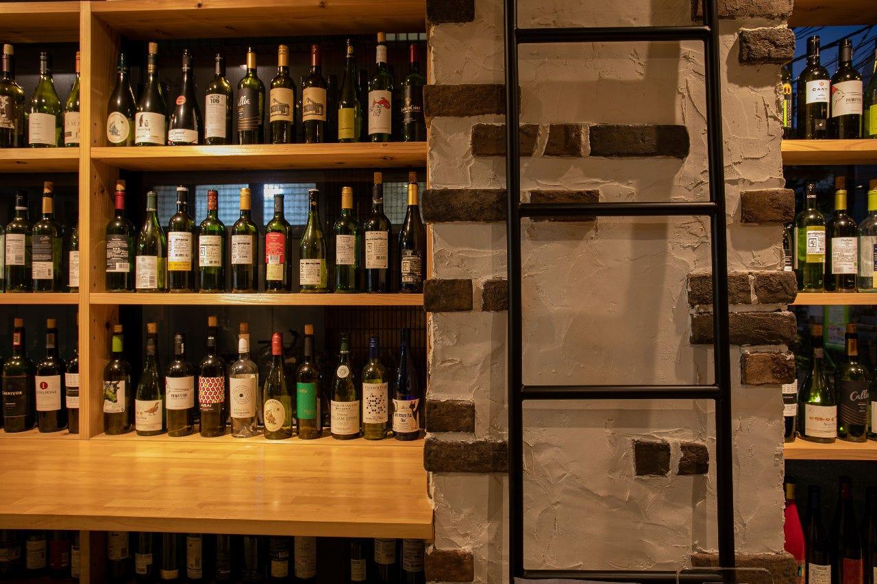 窓にワインが並ぶオシャレな店内