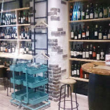 ワインが並ぶオシャレな店内。