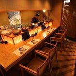 カウンター席では料理人の手捌きも見れ、一人でも気軽に寛げます