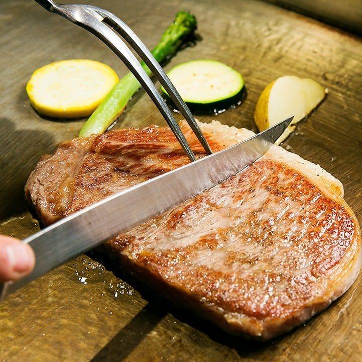 プロの料理人がしっかり焼き上げるのが鉄板焼きの醍醐味!