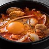 アサリの旨味がポイントの『純豆腐チゲ』はヘルシーメニュー