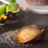 お肉や魚介類などを使用した、素材をそのまま生かす鉄板焼き。