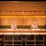 職人の手さばきが愉しめるゆったり寿司カウンター席