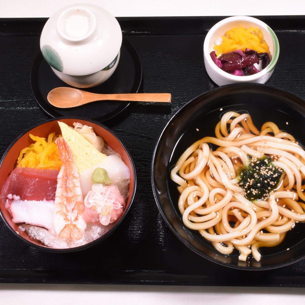 海鮮丼・うどんセット 880円(税込)