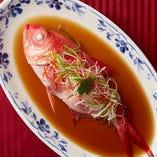 魚本来の美味しさを味わえる『鮮魚の姿蒸し』などの逸品料理も