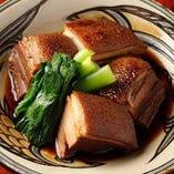 沖縄風の角煮とも言える「ラフティー」はぷるんとした食感◎