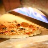 400℃の本釜で焼き上げるもちもちの自家製ピザはおすすめの一品